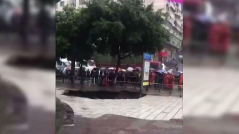 شاهد.. حفرة تظهر فجأة وتبتلع 4 أشخاص في الصين