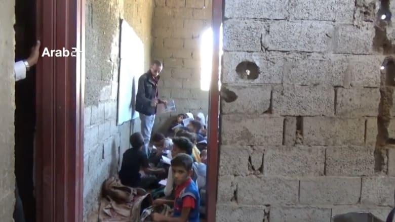 يمني يحوّل منزله الى مدرسة لتعليم مئات الطلاب