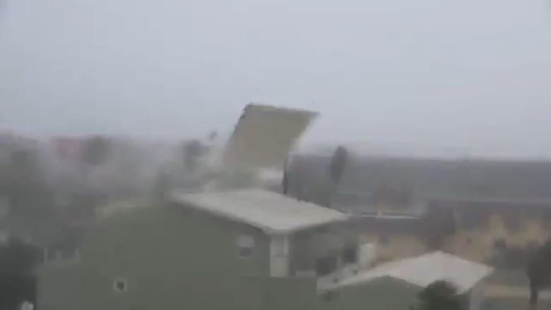 """الإعصار """"مايكل"""" يمزق ويقتلع أسقف المنازل في فلوريدا"""