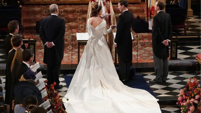 في إطلالةٍ جريئة بثوب زفافها.. الأميرة يوجين تكشف عن ندباتها