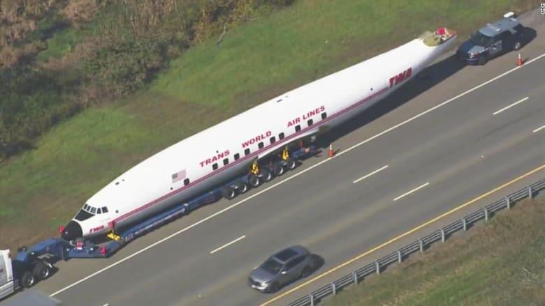 ما قصة هذه الطائرة القديمة الموجودة على طريق سريع في أمريكا؟