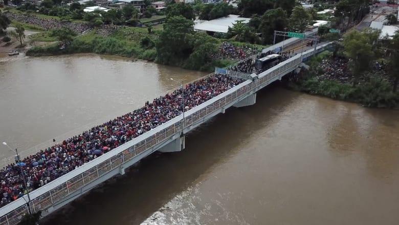 الآلاف من المهاجرين يحاولون عبور الحدود إلى المكسيك