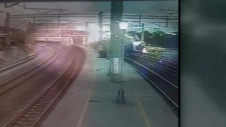 مقتل 18 وإصابة 178.. لحظة خروج قطار بتايوان عن مساره