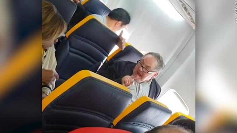 رجل يهاجم امرأة بعنصرية على متن رحلة.. ويبقى على متن الطائرة