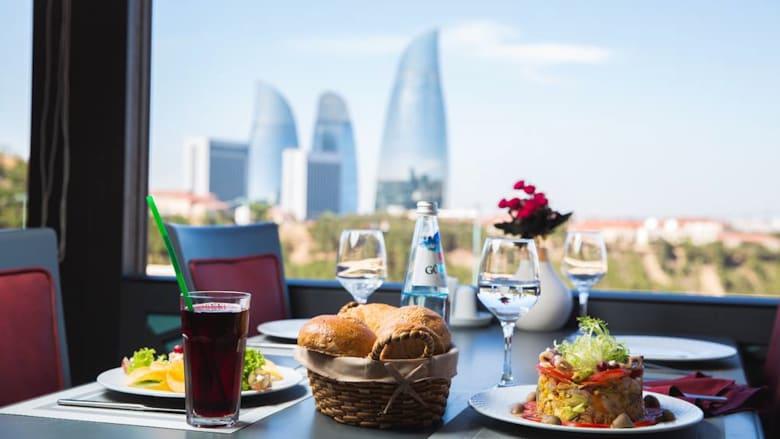 اكتشف هذا المطعم الأذربيجاني الدوّار.. والأعلى في باكو