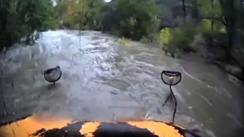 سائق حافلة مدرسية يغامر ويخوض في مياه فيضان