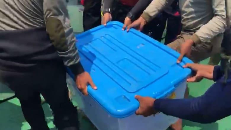 """لحظة استخراج """"الصندوق الأسود"""" للطائرة الإندونيسية"""
