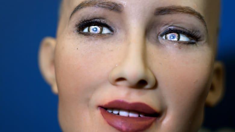 تعرّفوا إلى صوفيا.. روبوت يبتسم ويعبس مثل البشر تماما