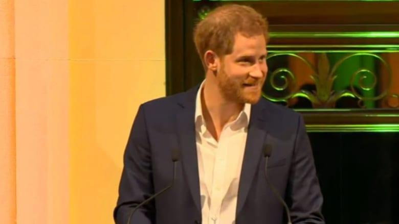الأمير هاري يحيي الجماهير بست لغات مختلفة