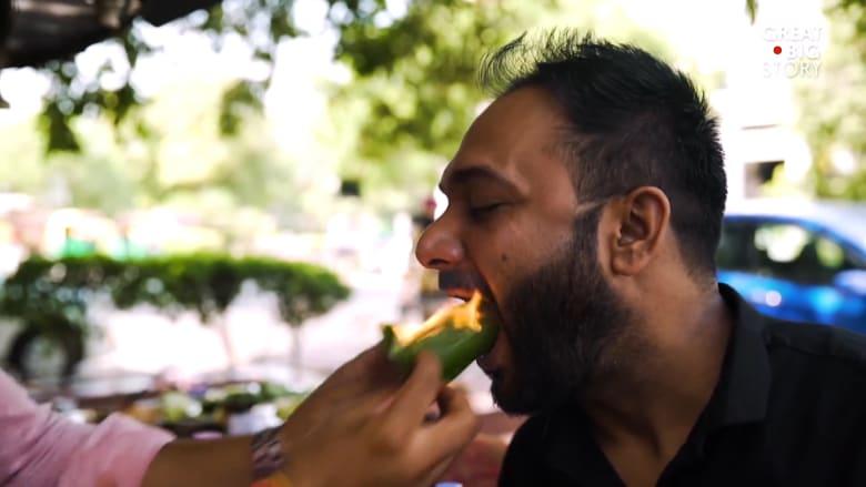 في الهند.. وجبة خفيفة لذيذة تشتعل فيها النار