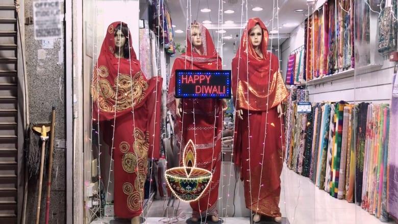 """أضواء وحلويات وذهب.. جانب من احتفالات """"ديوالي"""" في دبي"""