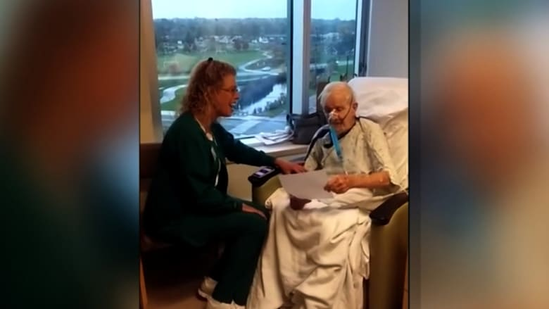 ممرضة تغني بأداء مميز لمريض مسن بالمستشفى.. شاهد رد فعله