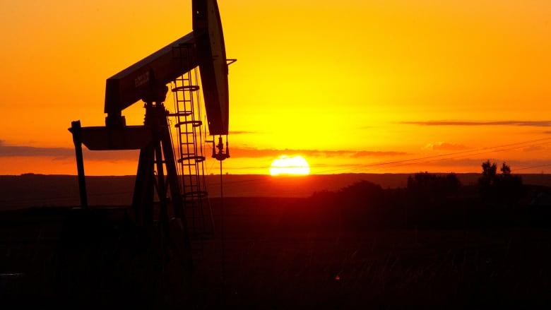 ما هي الأسباب التي دفعت أسعار النفط إلى التهاوي؟