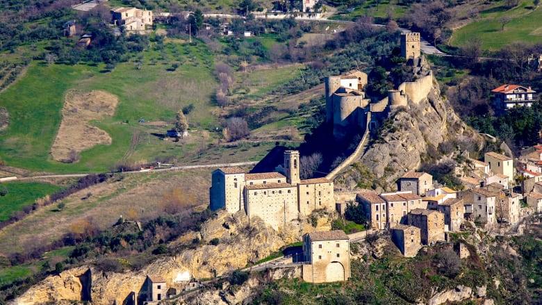 حفل زفاف في قلعة إيطالية مقابل 100 دولار فقط.. إليك التفاصيل