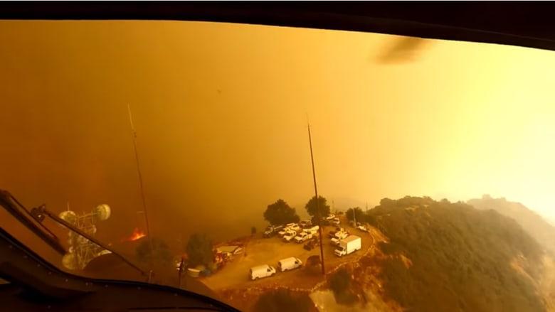 حرائق كاليفورنيا.. مروحية تحلق بشكل خطير وسط الدخان