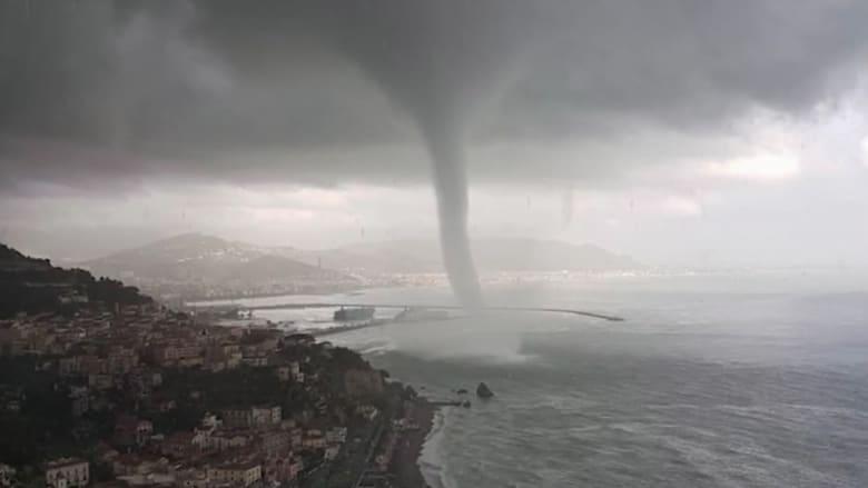 عمود مائي غريب يتحرك على ساحل مدينة إيطالية