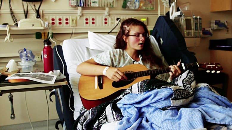 مراهقة تغني وتعزف خلال عملية جراحية لدماغها