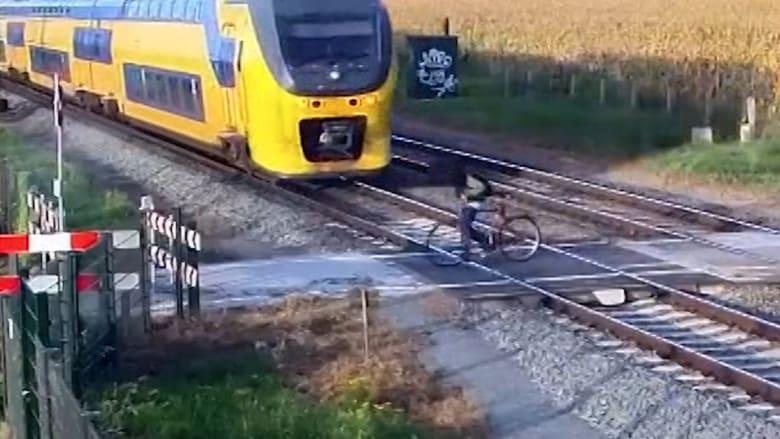 لحظات مرعبة.. نجا من القطار بأعجوبة في آخر لحظة