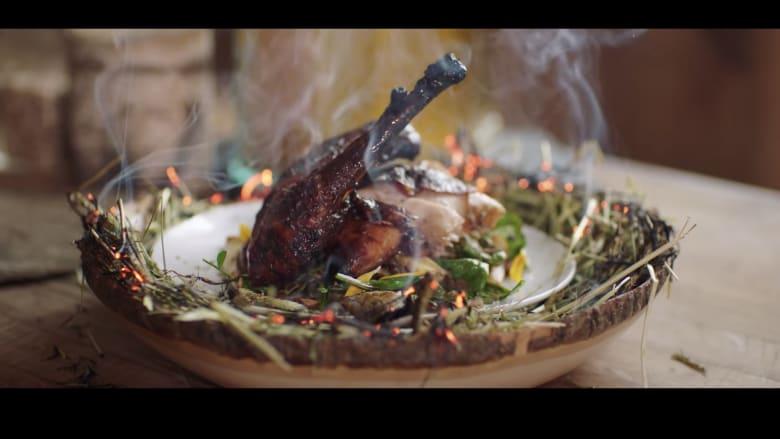 """من """"بقالة"""" الغابة.. كيف يقدم هذا الطاهي تجربة طعام راقية؟"""