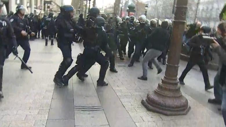 """شاهد.. اشتباكات بمظاهرات """"السترات الصفراء"""" بفرنسا"""