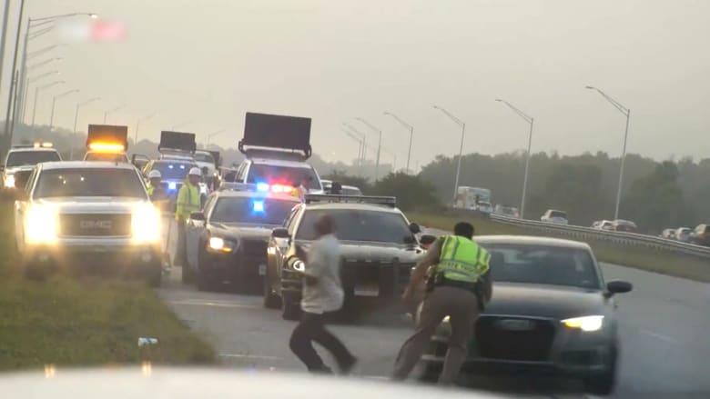 ضابط شرطة يبعد رجلا عن سيارة منحرفة ليتلقى هو الصدمة