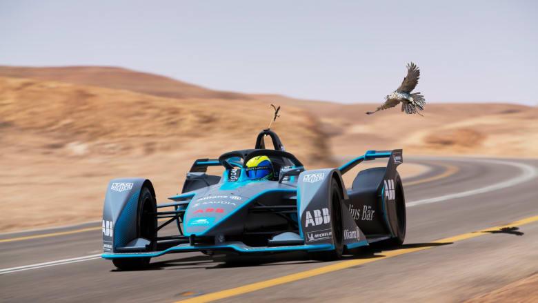 من تتوقع أن يفوز؟ صقر الشاهين يسابق سيارة فورمولا إي