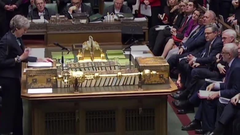 طرد برلماني بريطاني لإزالته صولجان ملكي من القاعة