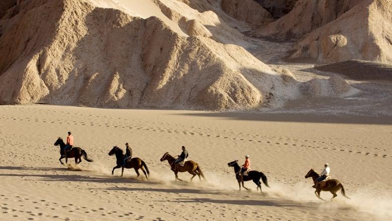 فندق إكسبلورا أتاكاما هو نزل صديق للبيئة يوفر رحلات استكشاف لنزلائه داخل الصحراء الواسعة.
