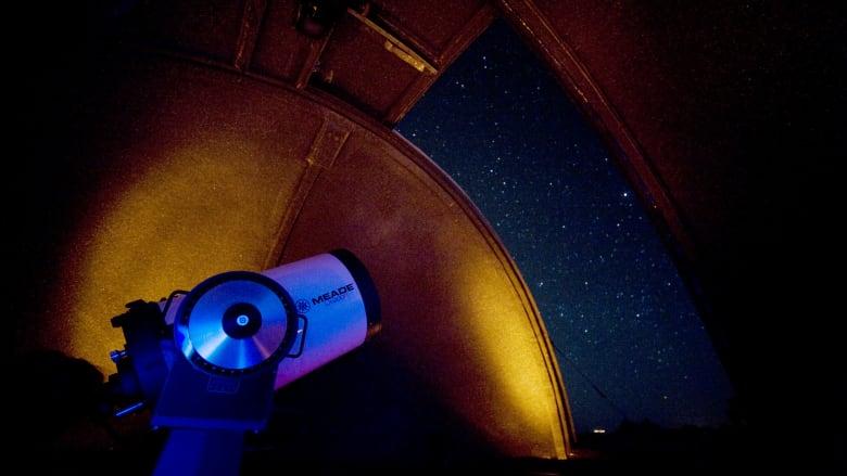 كما يتميز إكسبلورا أتاكاما أيضاً بسطح مراقبة خاص، مزود بتقنيات متطورة تسمح للضيوف باستكشاف أحد سماوات العالم الأكثر نقاء
