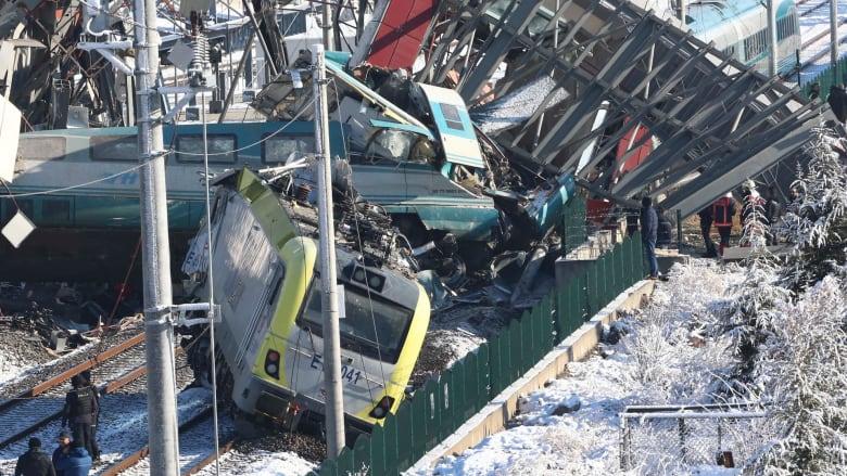 شاهد اللقطات الأولى من موقع حادث القطار التركي السريع