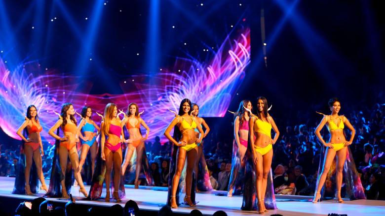 المرشحات النهائيات على المسرح في مرحلة لباس البحر.