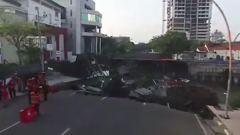 إندونيسيا.. حفرة عملاقة تظهر فجأة بأحد الطرق الرئيسية