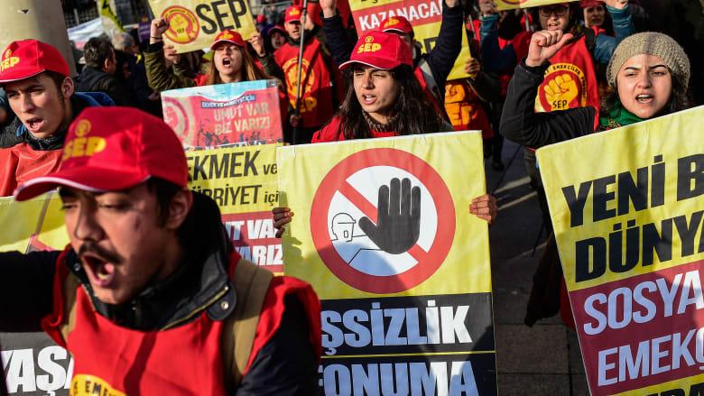 تركيا تواجه الاحتجاجات على الوضع الاقتصادي بزيادة الأجور 26%