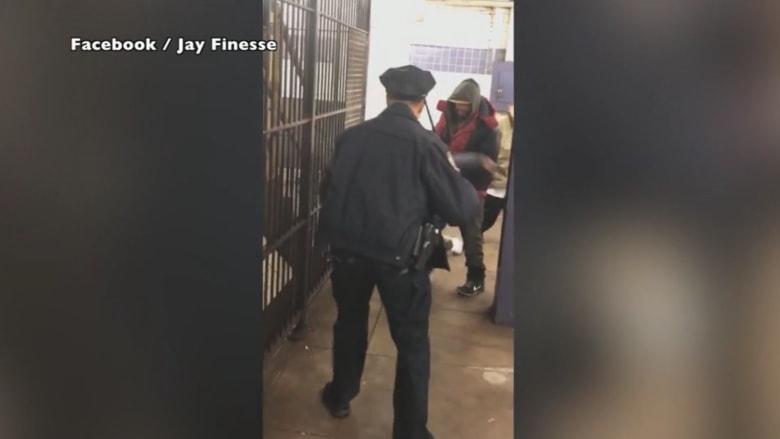 مشردون يعتدون على شرطي بمحطة للقطار بمانهاتن