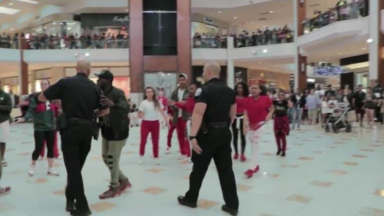 شرطيان يداهمان حفلاً راقصاً بفلوريدا.. وهذه كانت المفاجأة