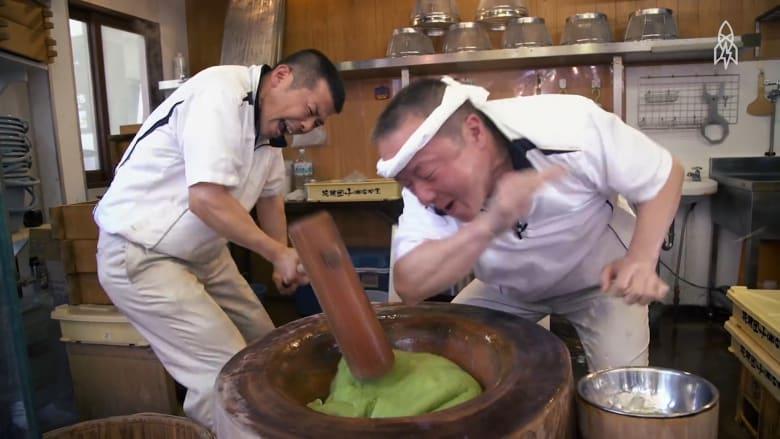 """بمطرقة كبيرة وصراخ.. صناعة حلوى يابانية أشبه بـ""""معركة"""""""
