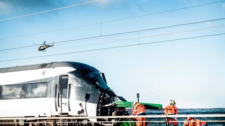شهادات ولقطات.. قطار يصطدم بحاوية شحن فوق جسر في الدنمارك