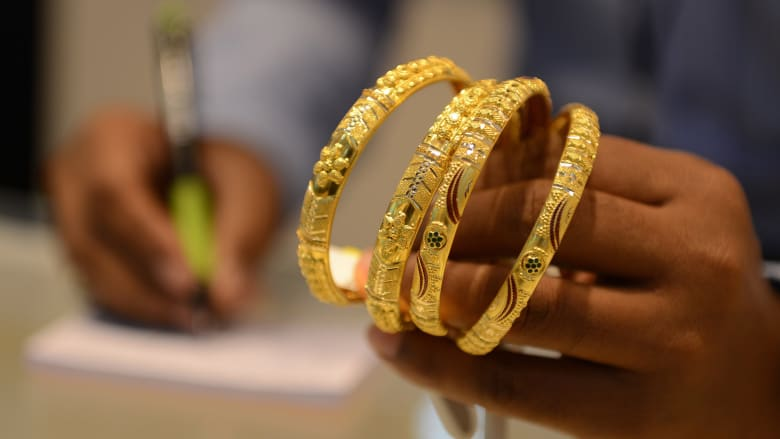 الذهب يلامس أعلى سعر في 6 أشهر.. لماذا؟