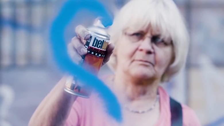 قابلوا الجدة الألمانية التي تحارب الكراهية باستخدام الرذاذ