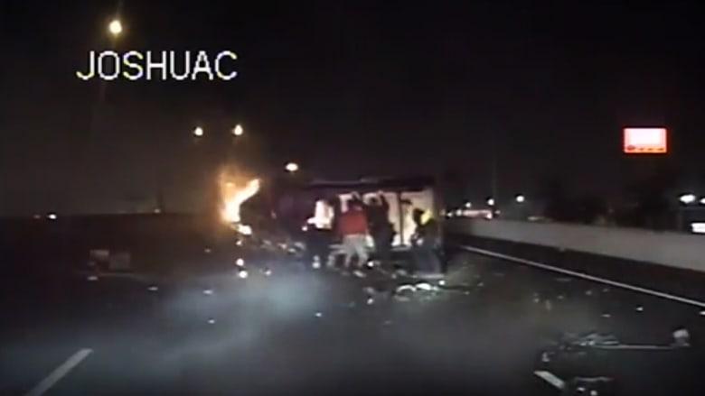 أشخاص يتسابقون لمساعدة رجل عالق في سيارة تحترق