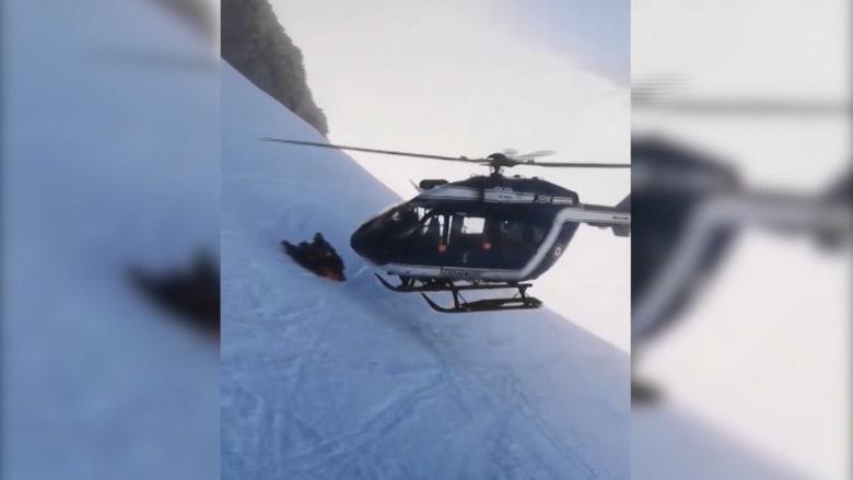 إنقاذ مذهل بالمروحية لمجموعة من المتزلجين على جبال ألب