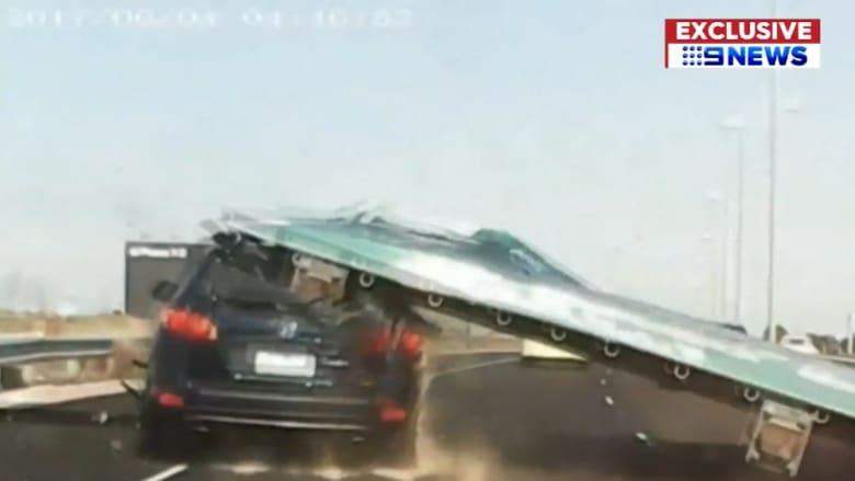 فيديو مروّع.. لافتة طريق ضخمة تسقط على سيارة وتحطمها