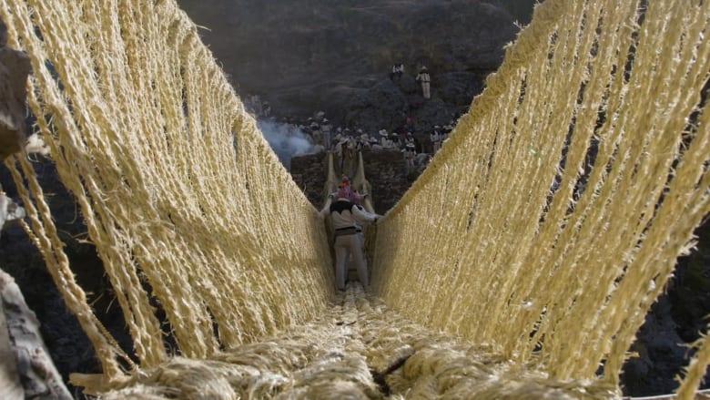 جسر منسوج يدوياً طوله 124 قدم.. أين يقع يا تُرى؟