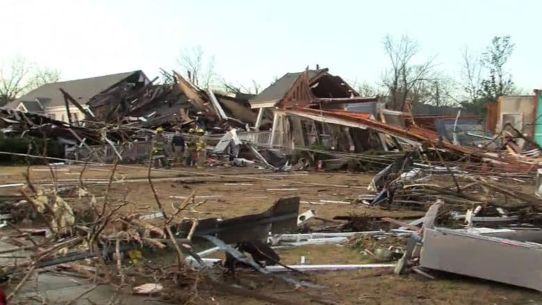 إنقاذ سكان من أقبية منازلهم بسبب إعصار مدمر