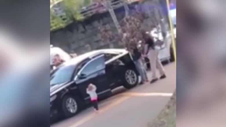 """فيديو أشعل الغضب.. طفلة تسير باتجاه شرطي """"مرفوعة اليدين"""""""