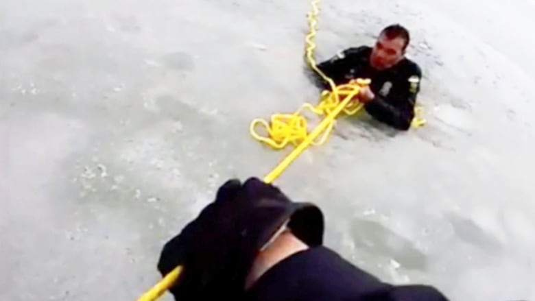 ضباط شرطة يسقطون في بركة متجمدة أثناء عملية إنقاذ مراهق