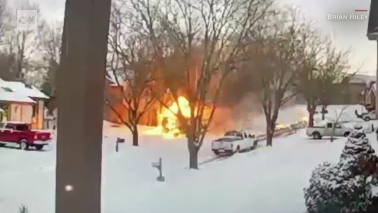 شاحنة بريد تصبح كرة لهب متدحرجة بعد انفجارها في الثلوج