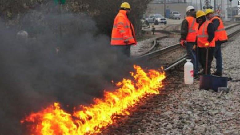 بسبب البرد.. إشعال النيران بسكك القطار في أمريكا