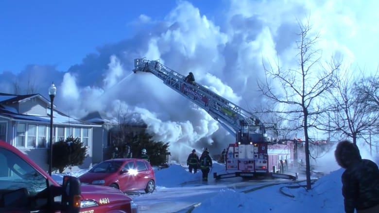 شاهد.. رجال إطفاء يكافحون حريقاً بدرجات حرارة تحت الصفر