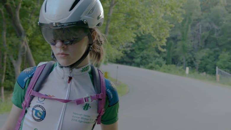هذه الفتاة الرياضية تعاني من مرض نادر يدفعها لقيادة دراجتها